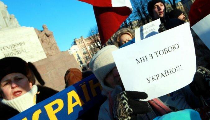 ФОТО: у памятника Свободы поддержку украинцам выразили около 100 человек