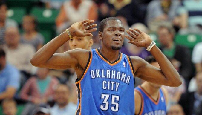 Durants un Džeimss iekļauti NBA sezonas simboliskajā izlasē