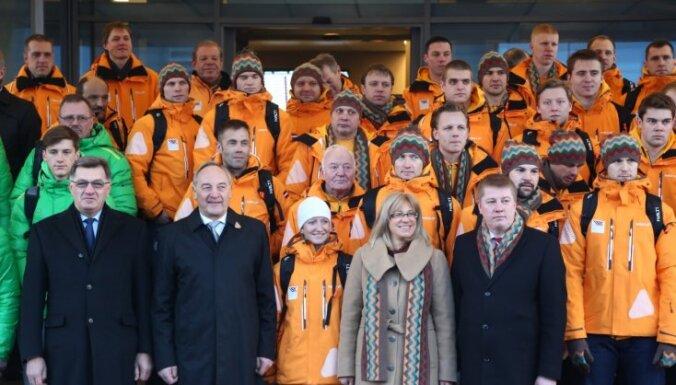 Фоторепортаж: хоккейная сборная Латвии улетела в Сочи вместе с литовцами