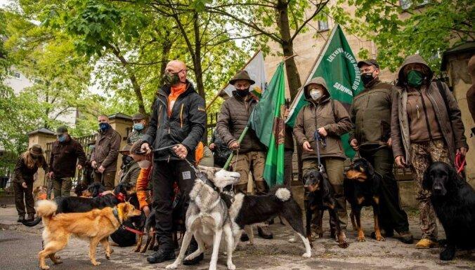 Foto: Kā Viļņā piketēja mednieki ar suņiem