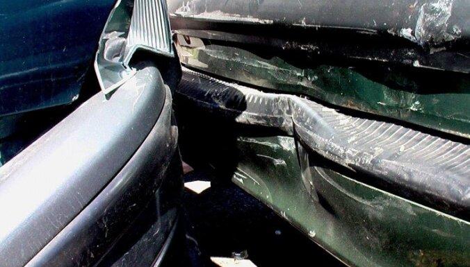 Rīgā tramvaja un auto sadursmē cieš autovadītāja; Viļānos notriec bērnu