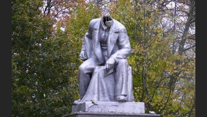 Памятник Ленину в парке Петербурга потерял голову