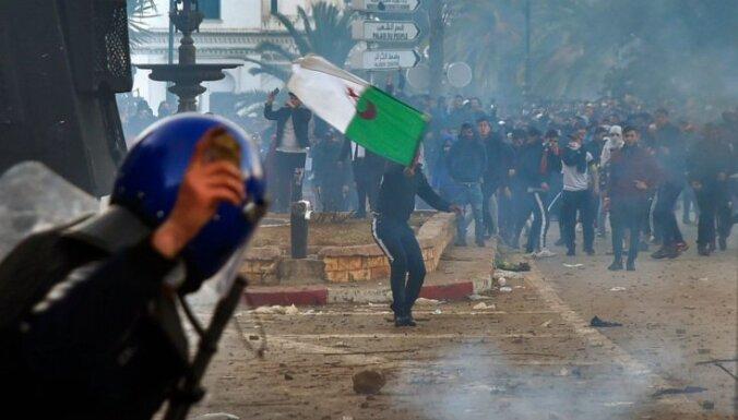 Foto: Vardarbīgās protestētāju un policijas sadursmēs Alžīrijā ievainoti vairāki cilvēki