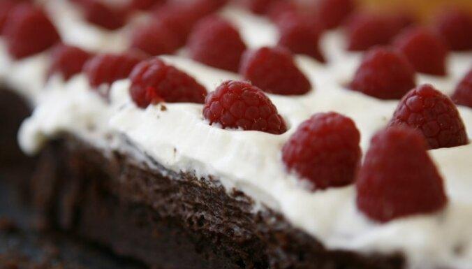 Šokolādes kūka ar putukrējumu un avenēm