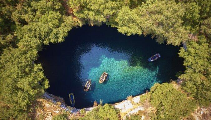 Pazemes valstība: dzidrais Nimfu ezers Grieķijā, kas atrodas alā