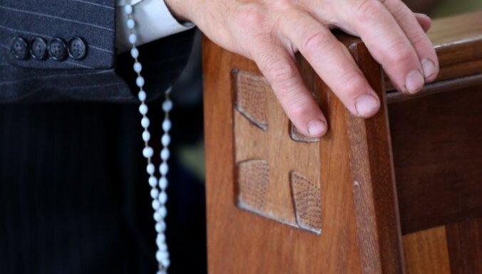 Katoļu priestera Zeiļas krimināllietu nodod tiesai (plkst. 15.51)
