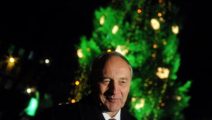 Президент зажег елку у Рижского замка