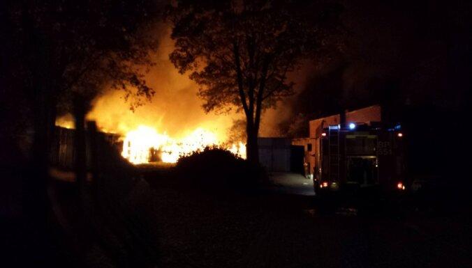 Пожар под Тукумсом: под обвалившейся крышей погиб человек