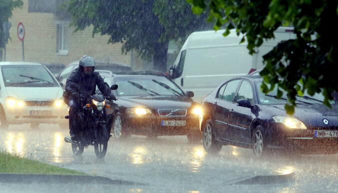 Pirmdienas pēcpusdienā Latvijā gaidāmas spēcīgas lietusgāzes