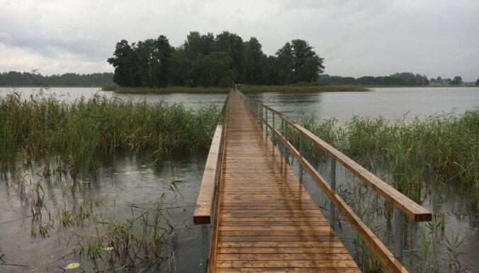 Foto: Viļakas ezera pontonu tilts un putnu vērošanas tornis