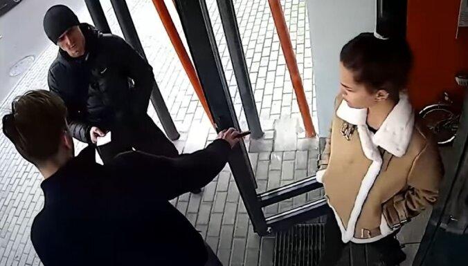 Video: Baltkrievu milicis civilā aizturēšanas laikā sit vīrieti, kaujas ar sievieti