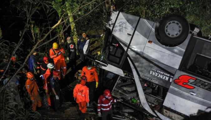 В Индонезии школьный автобус сорвался в пропасть, есть погибшие