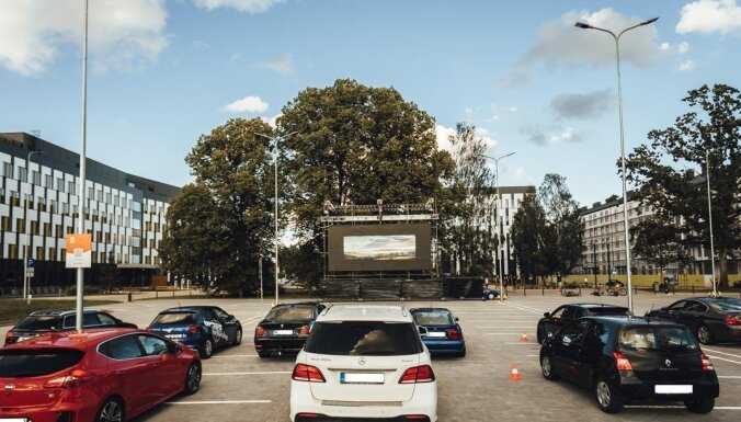 Biroju kompleksā Pārdaugavā vakari pārtop 'drive-in' brīvdabas kino