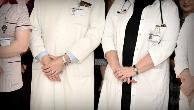 OECD: Darbinieku trūkums ir viena no Latvijas veselības nozares pamatproblēmām