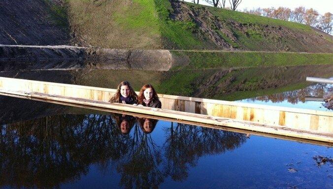 Tilts kā no Bībeles - 'neredzamais' Mozus tilts Nīderlandē, kas liek ūdenim atkāpties