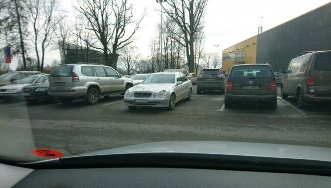 Foto pamācība: Kā ar vienu auto aizņemt trīs stāvvietas