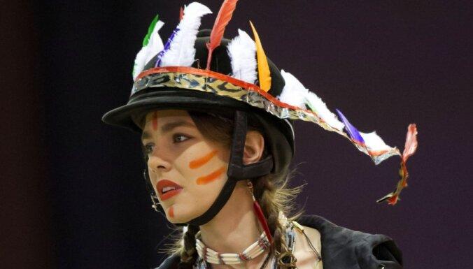 """Принцесса Монако возмутила индейцев и подставила Gucci """"расистским"""" костюмом"""