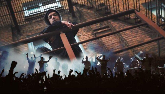 Hiphopa apvienība 'Kreisais krasts' publisko video dziesmai 'Pacel rokas'