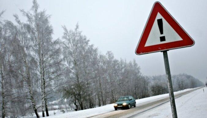 LVC joprojām brīdina par slideniem ceļiem; situācija uzlabojas