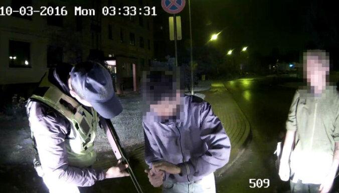 Ziepniekkalnā aiztur divus vīriešus ar pneimatisko šauteni