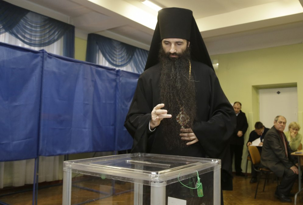 Pareizticīgie priesteri svēta ieročus, močus un vēlēšanu kasti