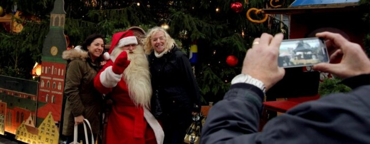 Ar rotaļām, dzīvo mūziku un Ziemassvētku vecīti Vecrīgā atzīmēta Otrā advente