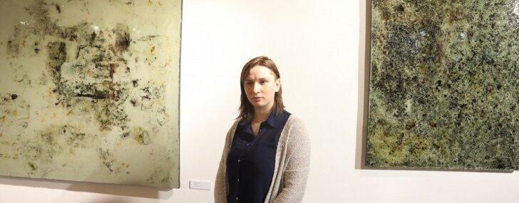 Foto: Gleznotāja Agnese Basova izstāda sapelējušus darbus