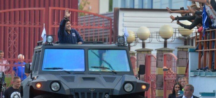 """ФОТО, ВИДЕО: Марадона приехал на стадион в Беларуси на """"броневике"""""""