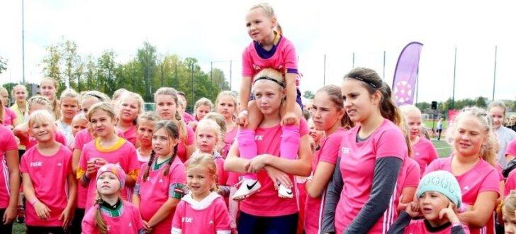 Foto: Viss rozā – aizvadīta meiteņu futbola diena