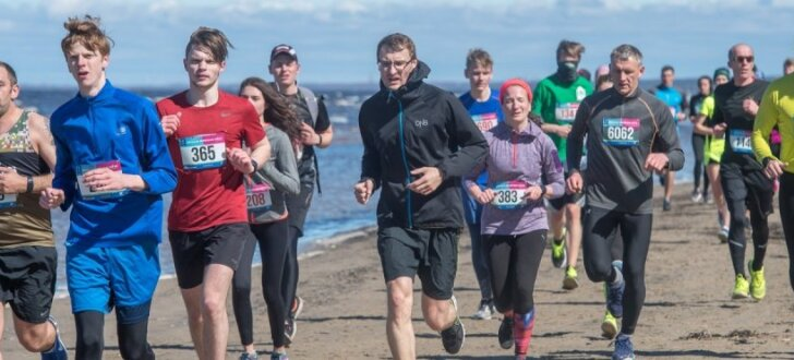 Foto: Majoru pludmalē krāšņi aizvadīti ikgadējie Jūrmalas skriešanas svētki