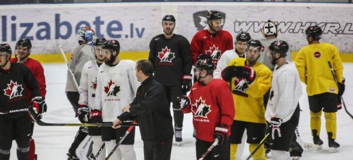 Foto: Kanādas hokejisti gatavojas Phjončhanas spēlēm un lej sviedrus Piņķos