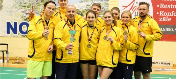 Foto: Valmieras badmintona klubs uzvar Latvijas kluba komandu čempionātā