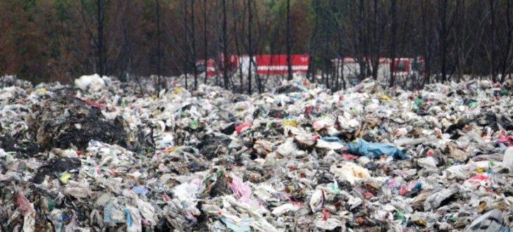 Atkritumu ugunsgrēks Jūrmalā: policija nepastiprina, ka notikusi ļaunprātīga dedzināšana