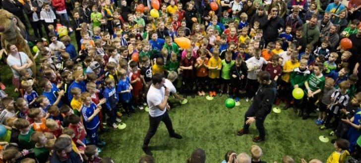 Foto: Pasaules kausa finālspēlē kādu no futbola zvaigznēm laukumā ievedīs astoņgadīgais Roberts Ceske
