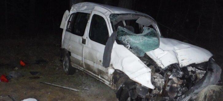 Video: Auto zaglis Tukuma pusē lielā ātrumā bēg no policijas un avarē