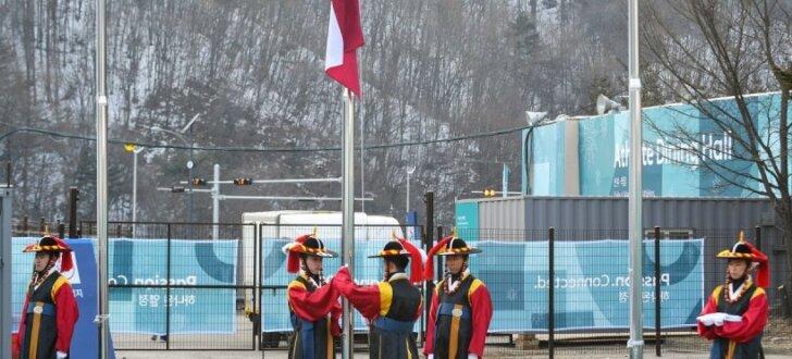 Foto: Phjončhanas olimpiskajā ciematā uzvijas Latvijas karogs