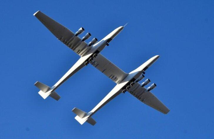 Kā pasaulē lielākā lidmašīna 'Stratolaunch' pacēlās spārnos