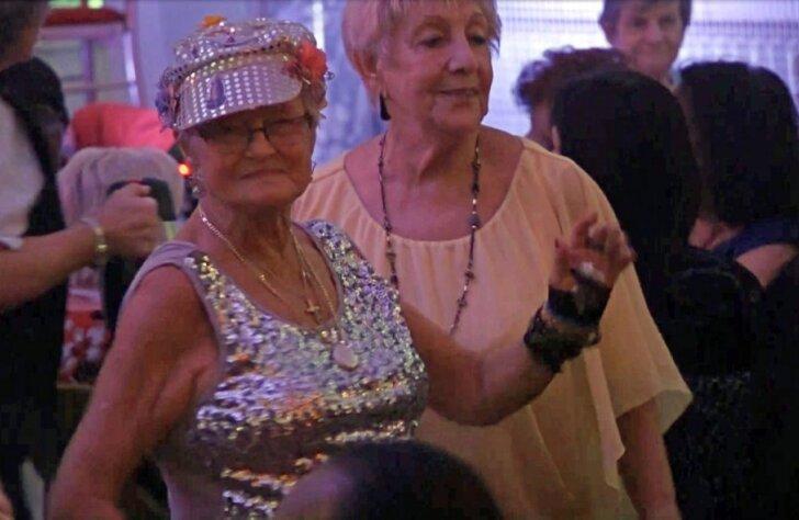 Britu seniori svin dzīvi pensionāru naktsklubā