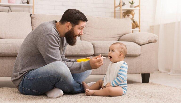 Pētījums: tēva došanās bērna kopšanas atvaļinājumā pozitīvi ietekmē vecāku attiecības