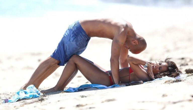 'Spicā' Mela B ar vīru blēņojas pludmalē