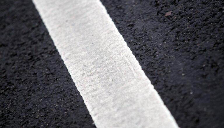 На Валмиерском шоссе начали обустройство акустических полос для безопасности