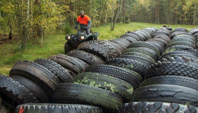Foto: No Papes dabas parka izved 100 tonnas padomju armijas riepu