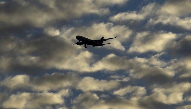 Lidmašīnai strauji izvairoties no, iespējams, drona, cieš divi cilvēki