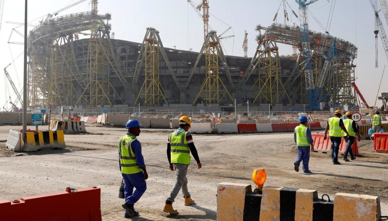 Apstākļi, kas robežojas ar verdzību – 2022. gada Pasaules kausa izcīņas darbinieku sūrā realitāte