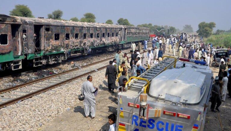 Ugunsgrēkā vilcienā Pakistānā gājis bojā vismaz 71 cilvēks