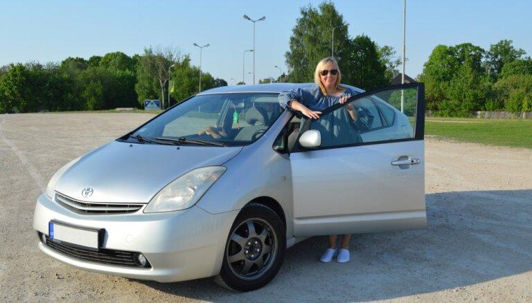 Latvijā pirmā 'Toyota Prius' hibrīda auto īpašniece ar to brauc jau 14 gadus