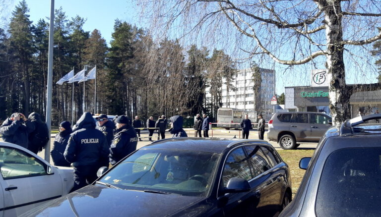 Наследницы воюют за Olainfarm: собрание группы акционеров прошло в микроавтобусе у проходной предприятия