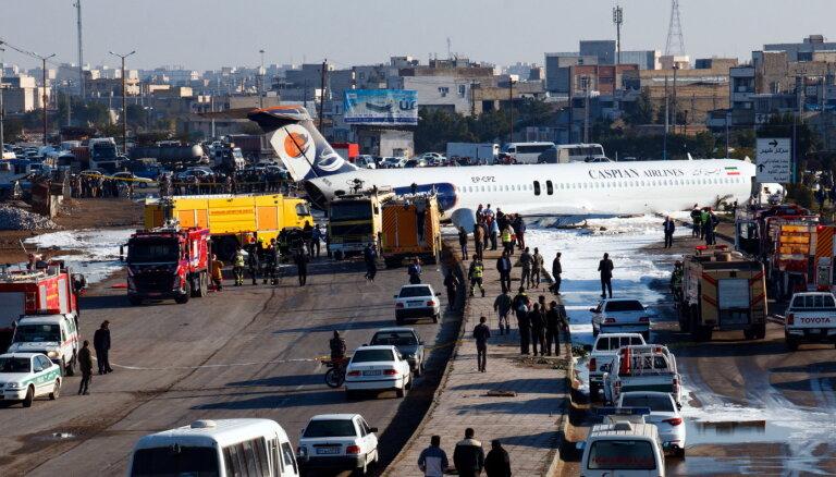 ВИДЕО: В Иране пассажирский самолет выкатился на улицу