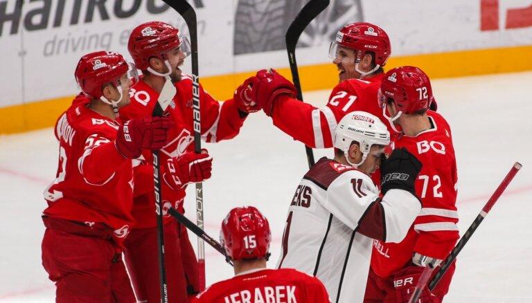 Rīgas 'Dinamo' pirmā gūst vārtus, bet otrajā periodā piekāpjas 'Spartak' hokejistiem
