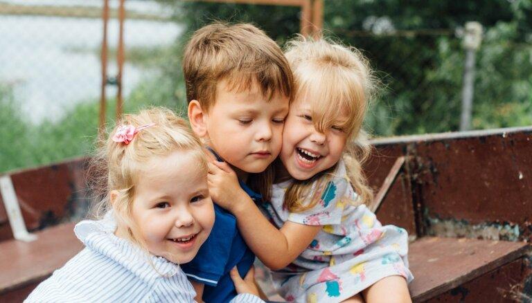 'Ar trim ir vieglāk nekā ar vienu.' Trīnīšu vecāku – Svetlanas un Viktora pieredzes stāsts